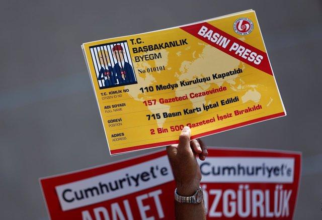 Un cartel de protesta contra el encarcelamiento de periodistas