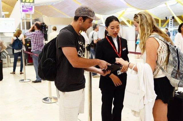 Turistas en Barajas para volar con Iberia a China