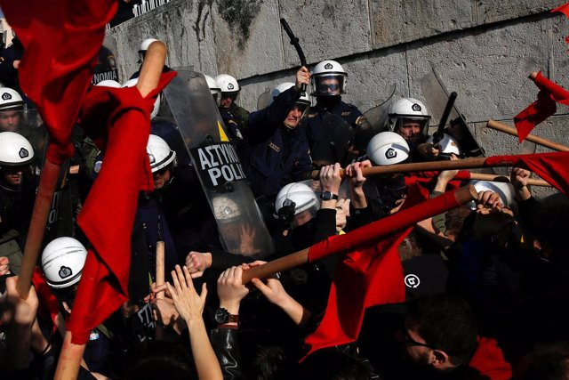 Enfrentamientos entre manifestantes y policías en Atenas