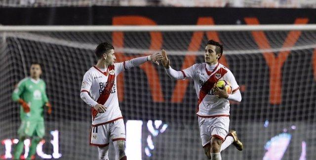 El Rayo rasca un empate con 10 ante el Oviedo