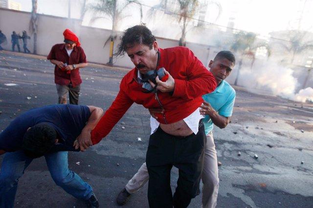 Expresidente Manuel Zelaya afectado por gas lacrimógeno