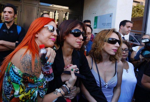 Juana Rivas, arropada tras su declaración en el juzgado