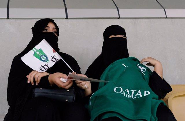 Mujeres saudíes en encuentro de fútbol