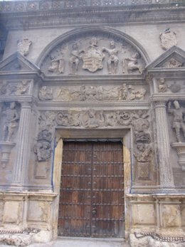 Fachada del Palacio Jerónimo Páez, sede del Arqueológico, cubierta por una malla