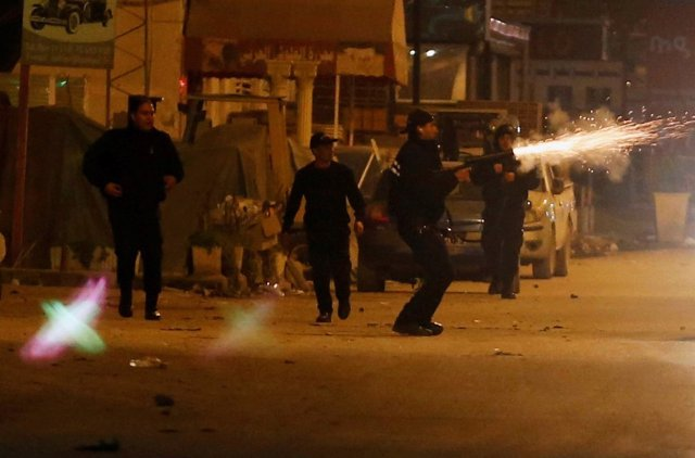 Agentes antidisturbios se enfrentan a manifestantes en Túnez