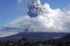 Evacuació massiva al centre de Filipines per una erupció de cendra en el volcà Mayon (STRINGER PHILIPPINES / REUTER)