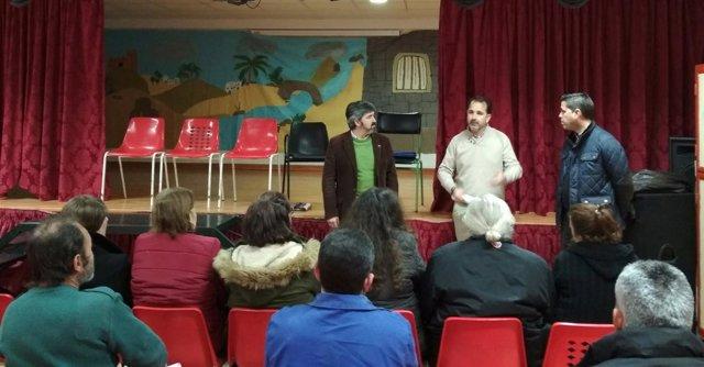 Reunión del alcalde de Coria del Río (Sevilla) con vecinos de La Paz