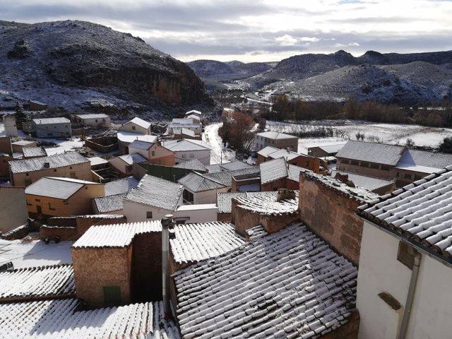 La nieve ha llegado este viernes a los municipios aragoneses, como Tierga