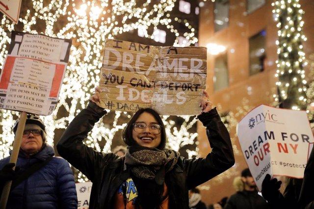 Mujer joven con cartel DACA