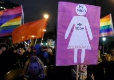 Centenars de polonesos protesten contra les restriccions a l'avortament (REUTERS / KACPER PEMPEL)