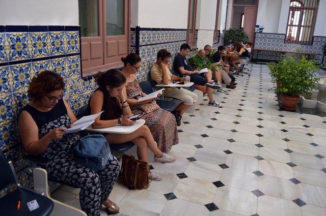 Estudiantes preparan exámenes