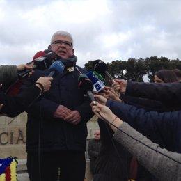 A.Alcoberro (ANC) ante la tumba de Francesc Macià