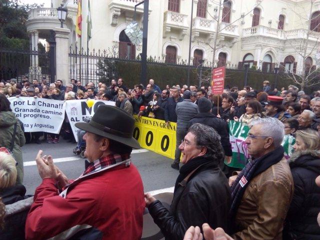 Manifestantes contra el aislamiento ferroviario