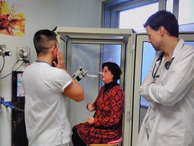 M.López-Meseguer con la paciente E.Cotano y un enfermero en una prueba