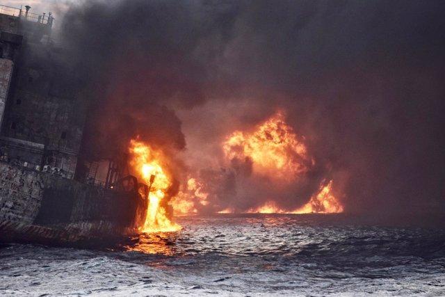 El petrolero iraní Sanchi envuelto en llamas en el mar de la China Oriental