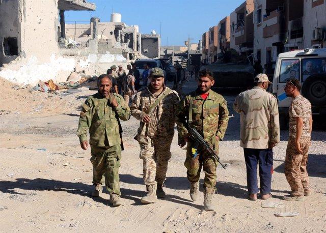 Combatientes de las fuerzas libias aliadas con el gobierno respaldado por la ONU