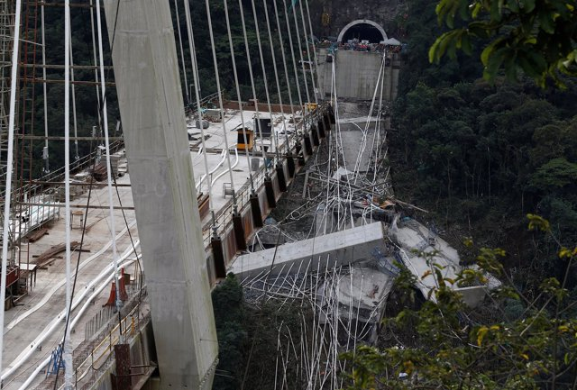 Derrumbe parcial del puente Chirajara en Colombia.