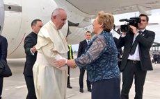 El papa arriba a Xile, primera parada d'una gira en la qual també visitarà el Perú (TWITTER DE MICHELLE BACHELET)