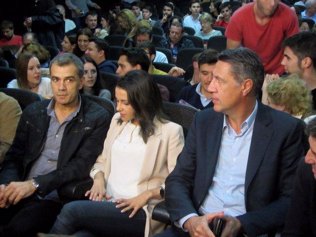 I.Arrimadas (Cs), con X.Garcia Albiol (PP) y el diputado de Cs T.Cantó