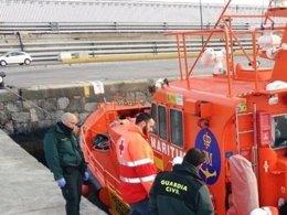 Guardia Civil y Cruz Roja, en una anterior operación con inmigrantes
