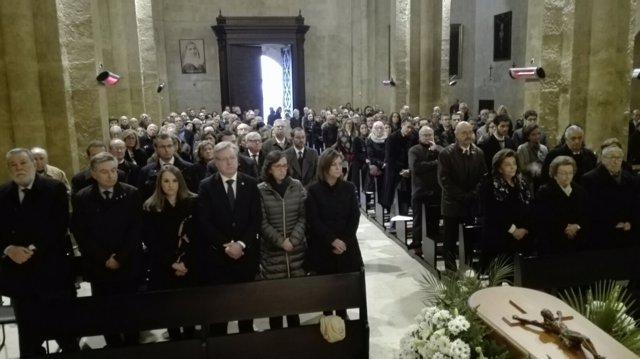 La familia (dcha.) y autoridades (izda.) en el funeral de García Baena