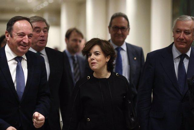 Santamaría y Pedro Sanz en los pasillos del Senado
