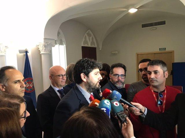 Fernando López Miras, durante el contacto con los medios