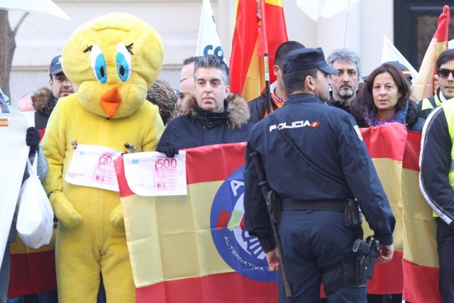 Manifestación por la equiparación salarial de la Policía Nacional