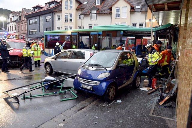 Un autobús escolar choca contra un muro en Alemania