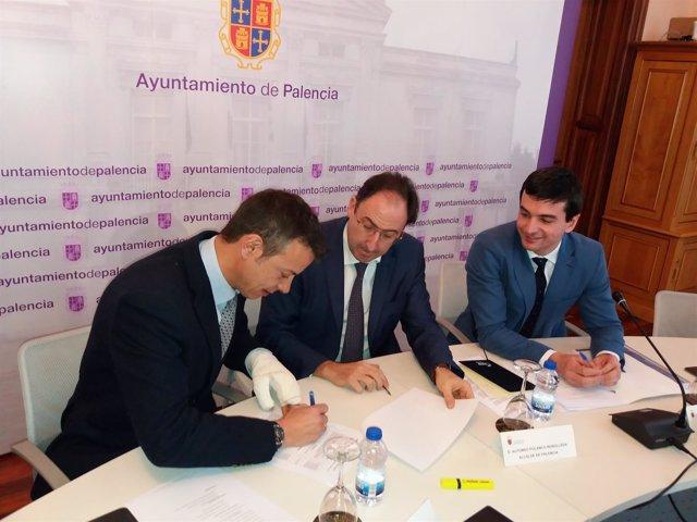 Imagen de la firma del acuerdo entre PP y C'S