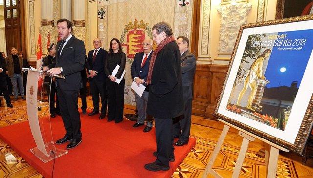 El alcalde de Valladolid, Ángel María de Pablos y el cartel de la Semana Santa