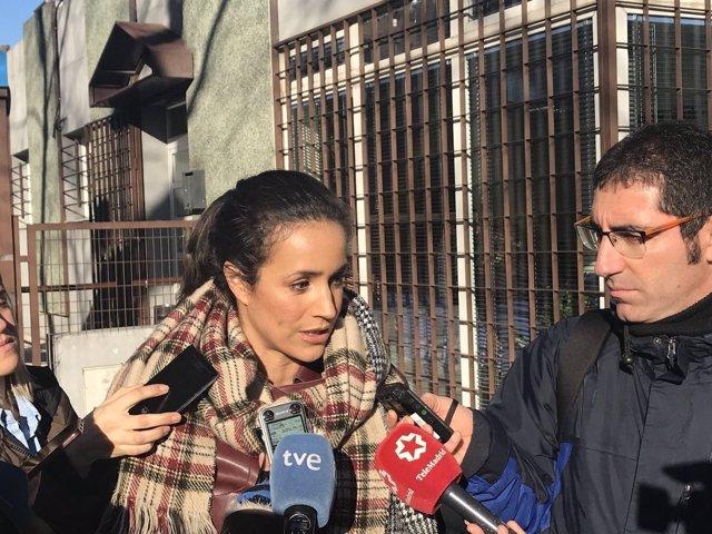 Villacís atiende a los medios ante el Centro Social de Carabanchel