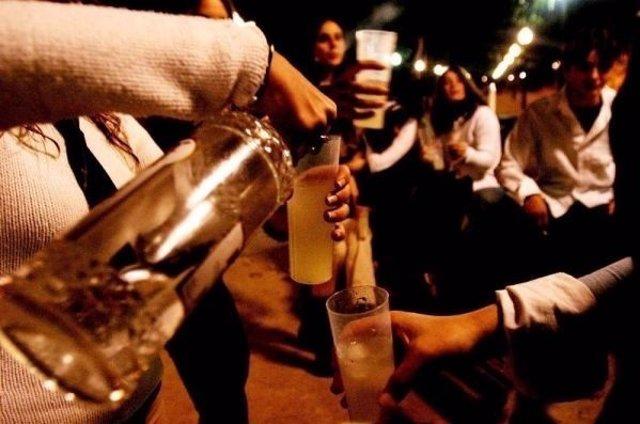 Imagen de archivo de gente bebiendo en la calle