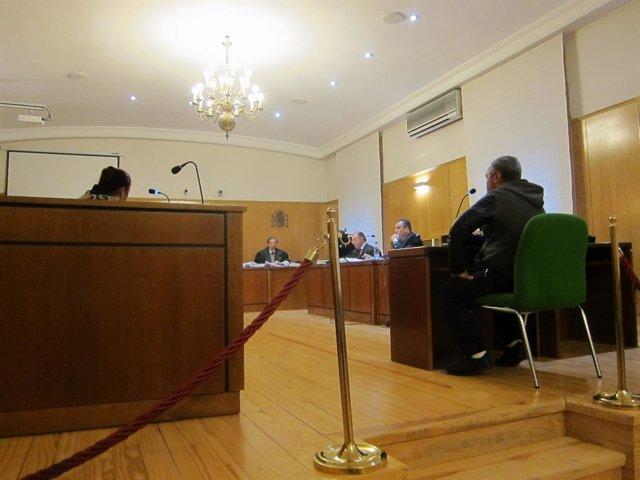 El acusado y su esposa durante el juicio en la Audiencia.