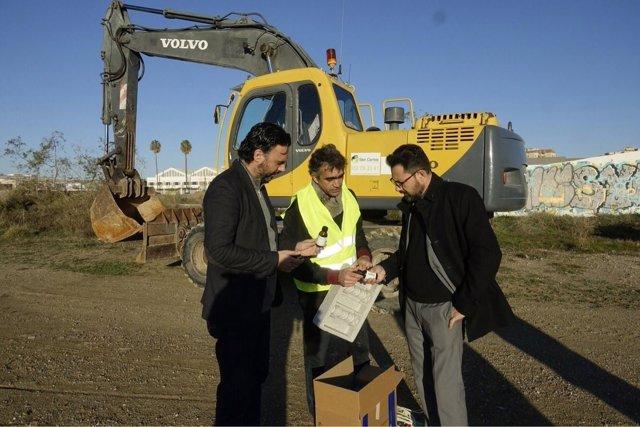 Raúl Jiménez y Francisco Pomares en los terrenos de Repsol