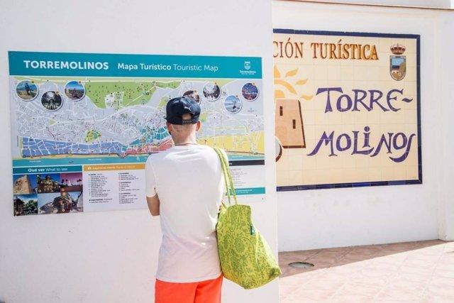 Un viajero turista mira mapa torremolinos turismo nuevo actualizado