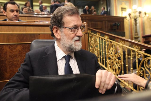 Mariano Rajoy, en su escaño con el maletín
