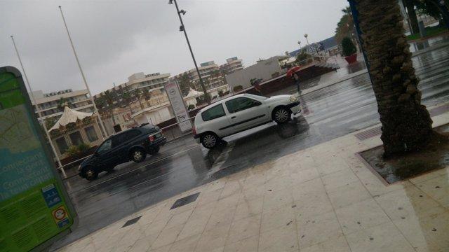 Un coche transita frente al Puerto en plena tormenta