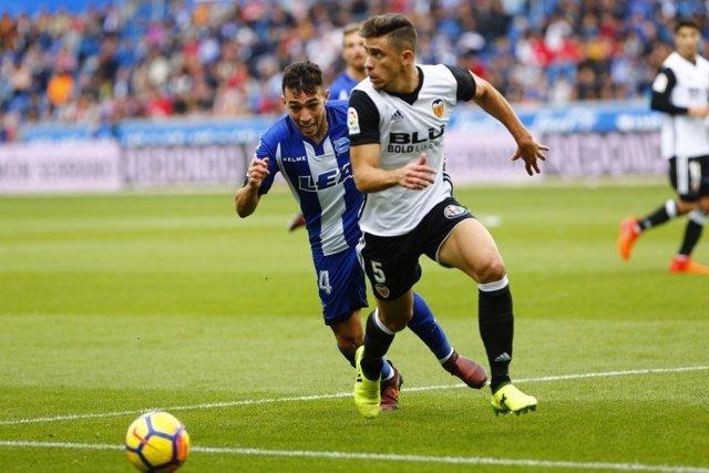 Munir pelea un balón en un Alavés-Valencia