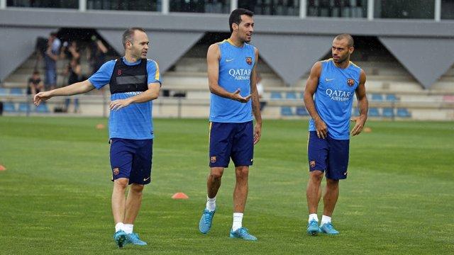 Busquets con Iniesta y Mascherano en el entrenamiento