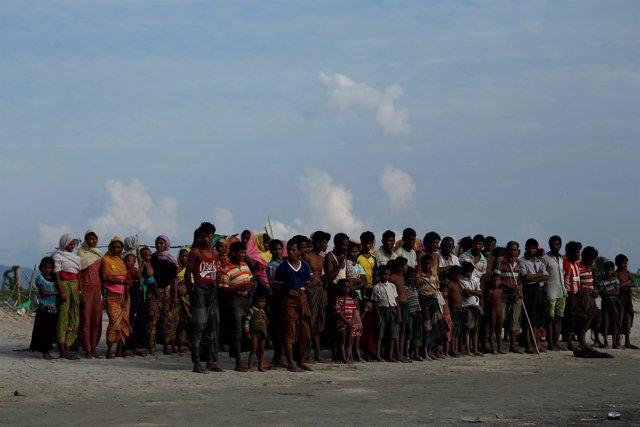 Rohingya esperan a cruzar la frontera con Bangladesh