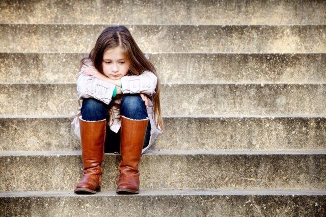 Niña triste, niños sin hogar tienen problemas de salud mental