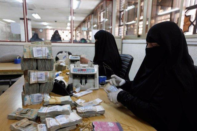 Trabajadores cuentan dinero en el Banco Central de Yemen