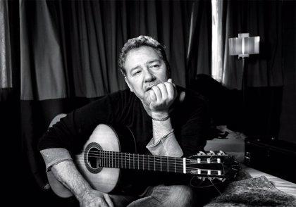 Carlos Goñi celebra los 25 años del disco Básico de Revólver con una gira acústica por toda España