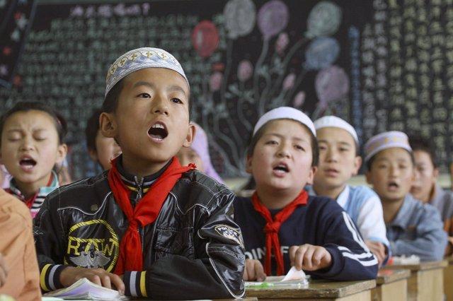 Niños de la minoría musulmana hui en un colegio de Linxia