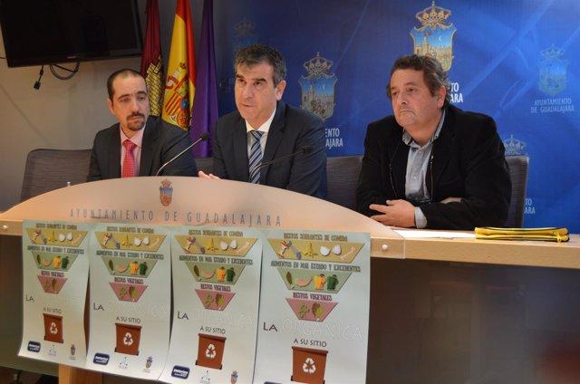 Nota De Prensa, Fotos Y Díptico De Rueda De Prensa De Antonio Roman Presentando