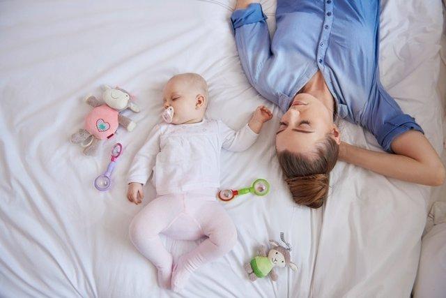 Madre, bebé, cama, agotada