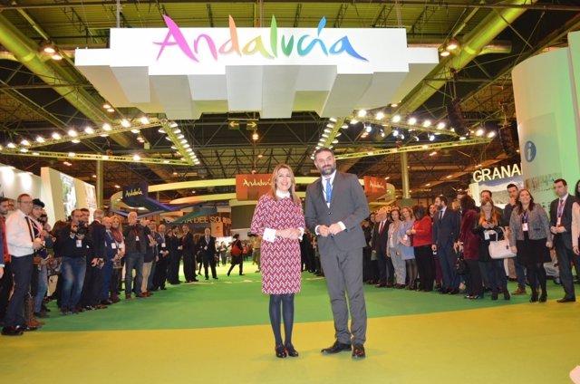 Susana Díaz junto al consejero de Turismo en el stand de Andalucía en Fitur