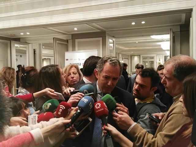 Enrique Ossorio atiende a los medios de comunicación