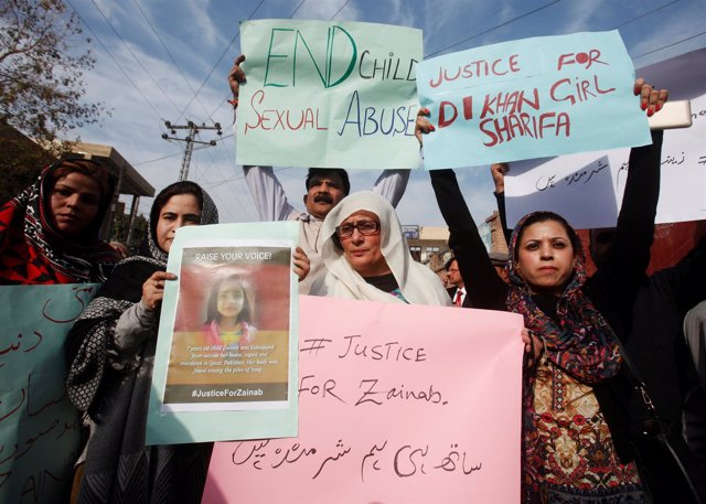 Manifestación en Pakistán para condenar el asesinato de Zainab Ansari